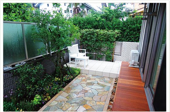 ウッドデッキと石畳のくつろぎ空間/E邸